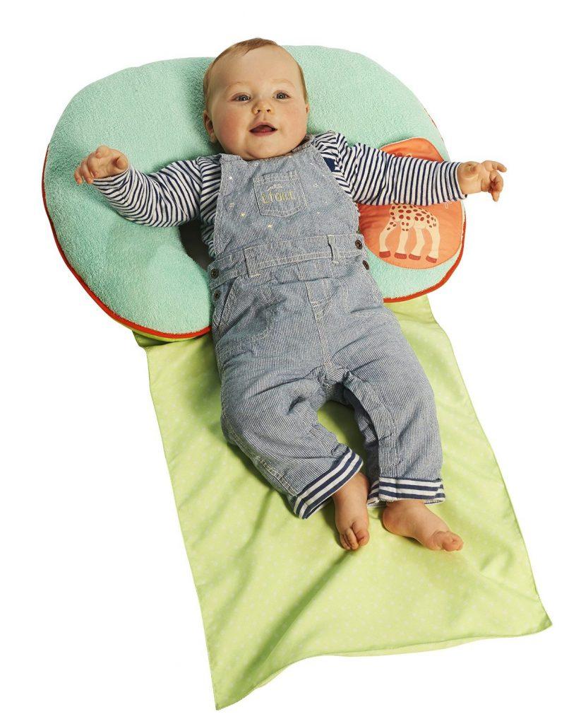 bébé sur un tapis de repos