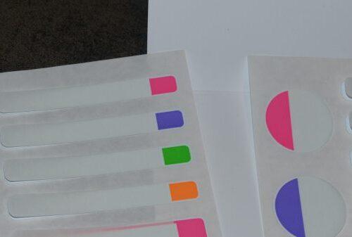 étiquettes autocollantes plastifiées avery