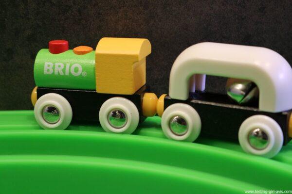 Le circuit de train en bois avec mon premier train de voyage de Brio