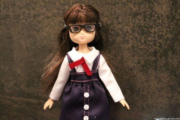 poupee Lottie rentree des classes lunettes chemise tablier ecoliere