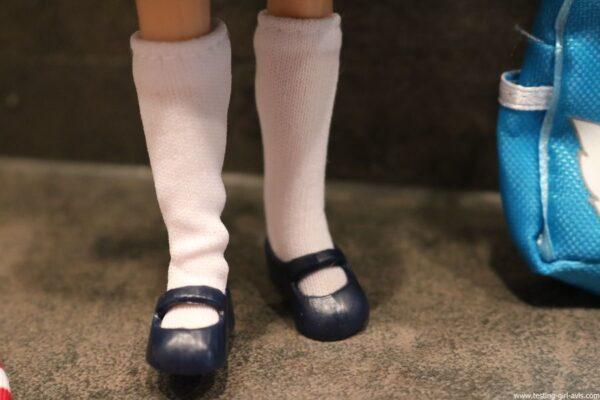 poupee Lottie rentree des classes chaussettes haute chaussures