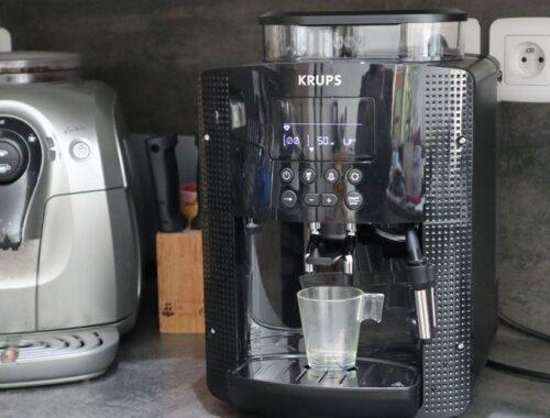 Krups Expresso Broyeur à Grains Essential Noire Ecran LCD avec Pot à Lait Inox