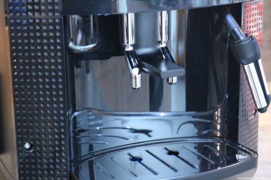 Krups Expresso Broyeur à Grains Essential Noire Ecran LCD avec Pot à Lait Inox - sortie de café
