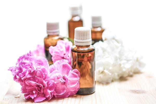 5astuces pour soigner un rhume naturellement - inhalation huiles essentielles ravintsara eucalyptus niaouli