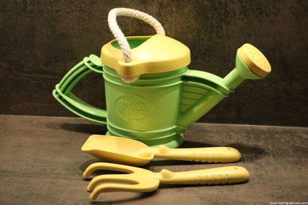Jardiner comme les grands avec le kit arrosoir Green Toys
