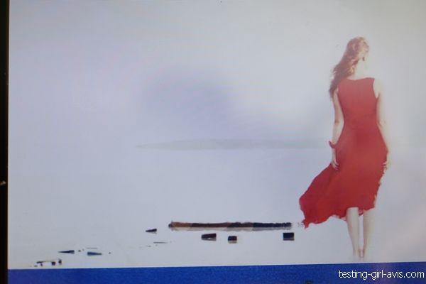 femme robe rouge brouillard