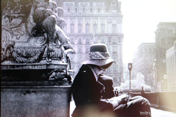 Femme en train de lire à New York années soixante