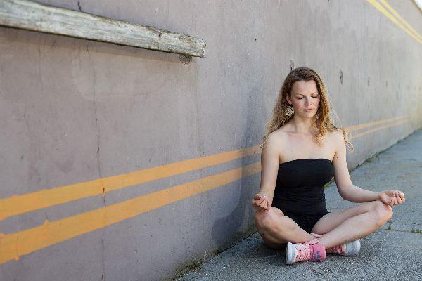 jeune femme qui médite dans la rue