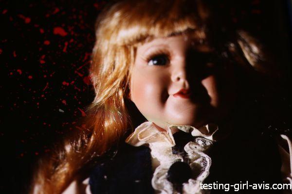 tête d'une vieille poupée blonde sur fond noir
