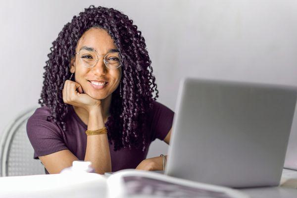 femme confiante qui étudie toutes les possibilités de quitter son travail