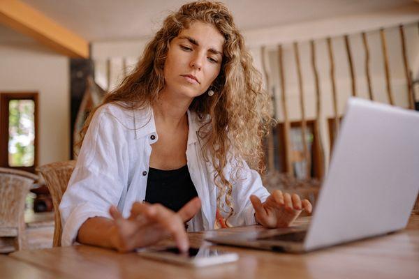 Adopte le bon état d'esprit - femme qui travaille sur pc