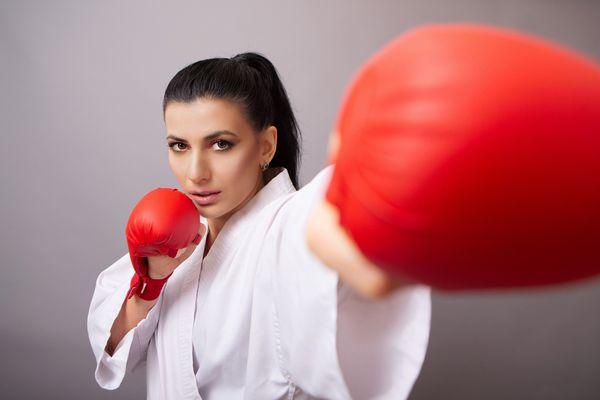 5 solutions naturelles pour lutter contre le syndrome prémenstruel femme boxe