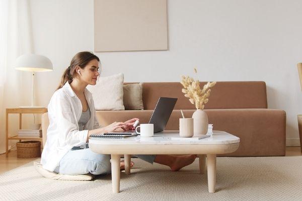 femme qui cherche du contenu gratuit sur internet