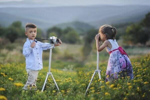 Deux enfants qui se prennent en photo